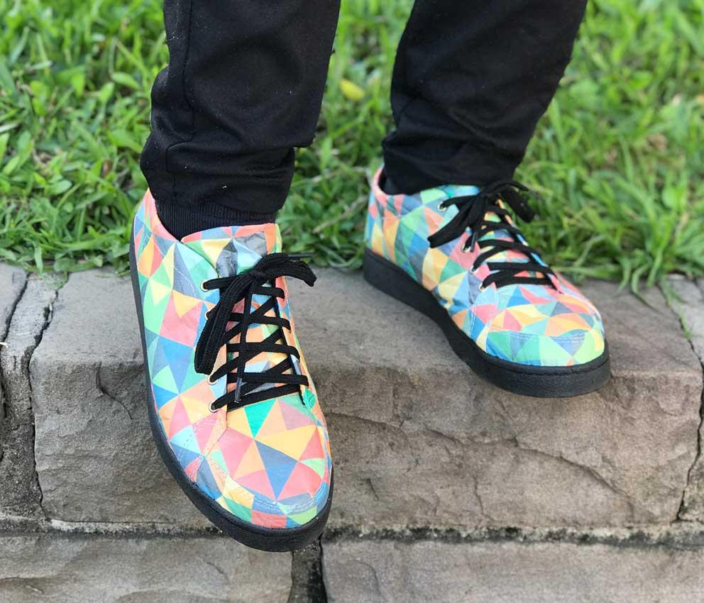 tênis triângulos coloridos